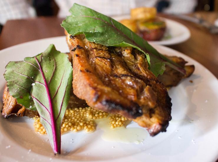 Costelinhas de porco na brasa com mostarda fermentada do Cozinha 212