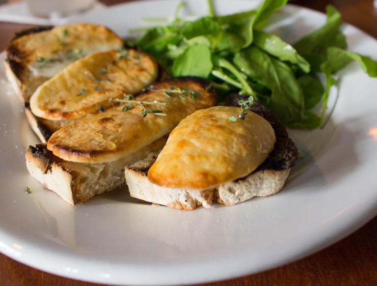 Tostadas do dia, do Cozinha 212: pão feito na casa (insosso), queijo de cabra, mel e tomilho