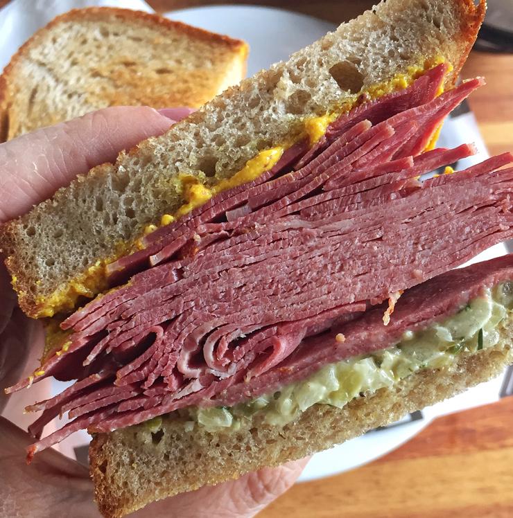 Sandubão de língua bovina curada e mostarda no pão de centeio: o sanduíche está no menu da Z deli e o pão, à venda na Padaria da Z Deli, bem ao lado