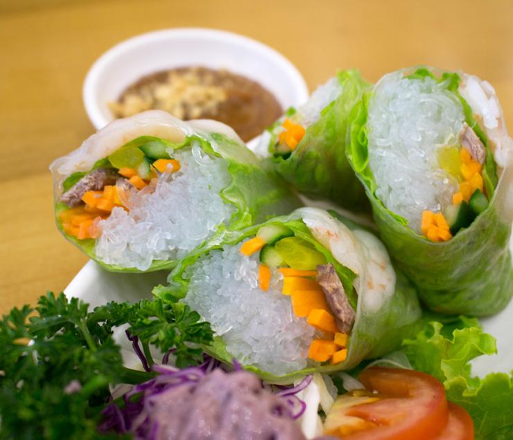 Entrada do Pho.366: spring roll com massa finíssima de arroz, camarão, cenoura, pepino e molho de tamarindo com amendoim (R$ 15)