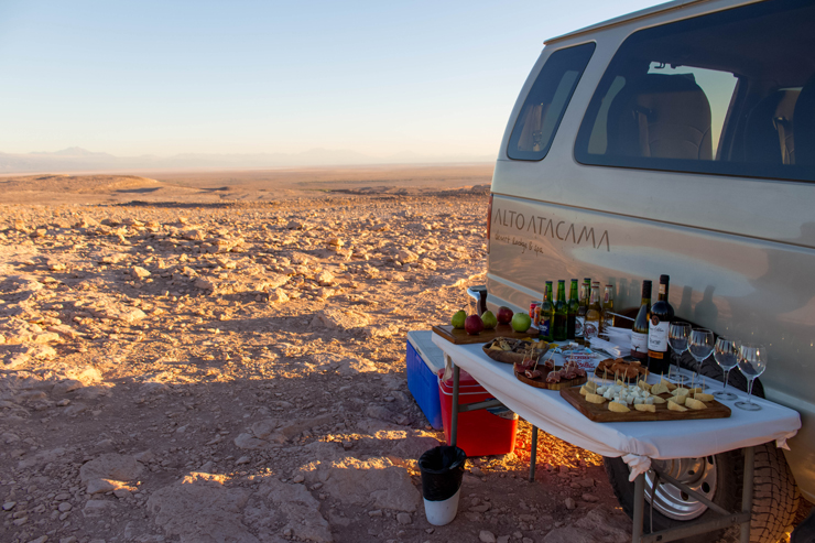 Por do Sol no Vale da Morte (também conhecido como Vale de Marte) preparado por nosso guia do Hotel Alto Atacama: queijos, jamón, frutas, vinhos e cervejas: nasci pra isso