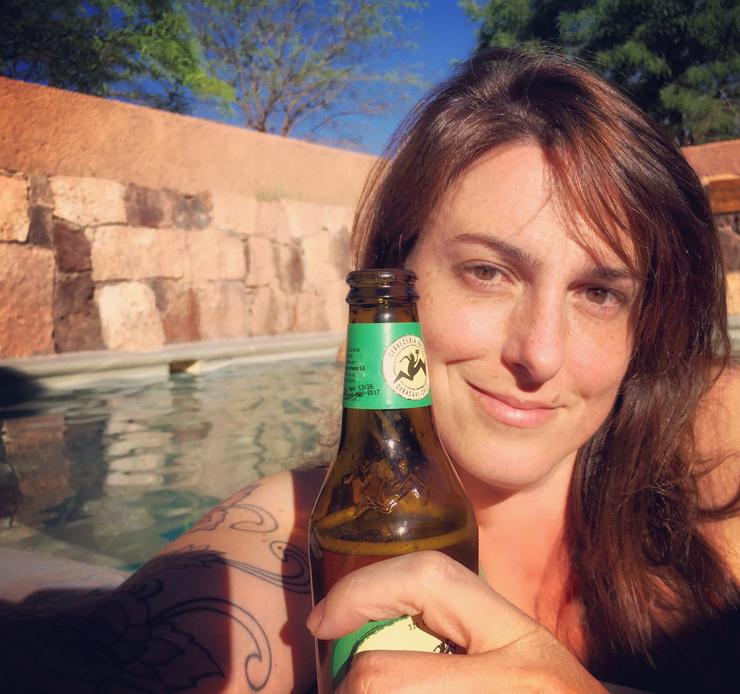 Um bom fim de tarde com cerveja chilena artesanal na piscina aquecida do Hotel Alto Atacama
