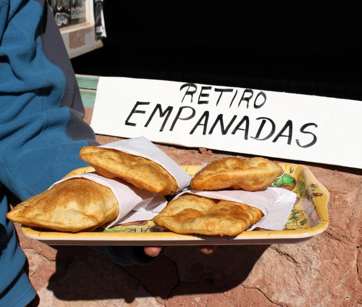 Em Machuca: Empanadas artesanais vendidas em um povoado de 5 pessoas perto dos géiseres - é exatamente o fluxo de turistas que os mantém ali. O recheio é de queijo de cabra produzido por duas irmãs (que moram em casas mega rústicas construídas com blocos de argila, abundante na região) que mantém a criação de 10 cabrinhas especialmente para isso, sua fonte de sustento. As bichinhas comem apenas vegetação nativa desta área, um oásis no Atacama. Fritas no azeite de oliva extra virgem (pois é, fritas!), essas empanadas tem massa crocante e leve - dá pra comer de baciada!