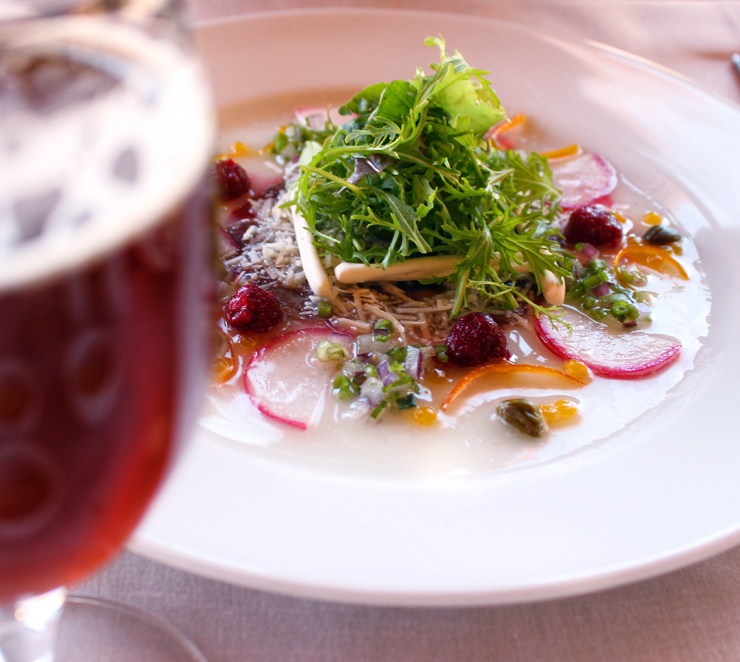 Cerveja artesanal chilena Kross e carpaccio de avestruz no almoço à la carte do hotel Alto Atacama