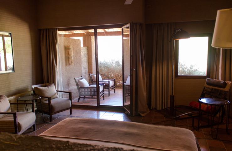 Quarto do hotel Alto Atacama: amplo, belamente decorado e com um pátio que provoca relaxamento...