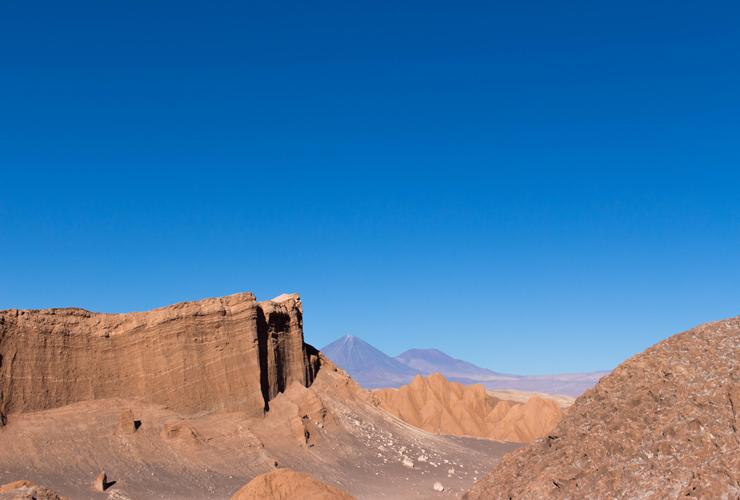 Mais deslumbramento: Vale da Lua. No meio, o vulcão Likankabur. Ao fundo, altiplano.