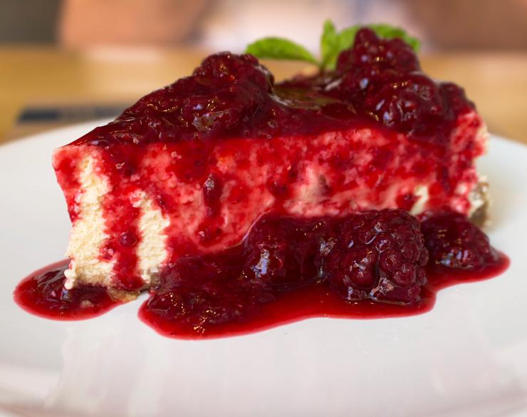 Bom Cheesecake NYC Style do Blue Sandwich Market: com geleia de morango ou frutas vermelhas