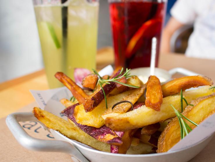 Ótimas fritas rústicas (batatas doce e inglesa) com chás de hibisco e capim cidreira