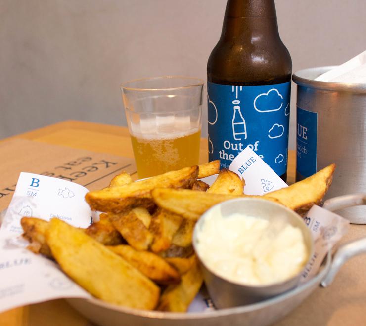 Fritas com maionese da casa e a cerveja Out of Blue, feita pela Cervejaria Dádiva para a lanchonete