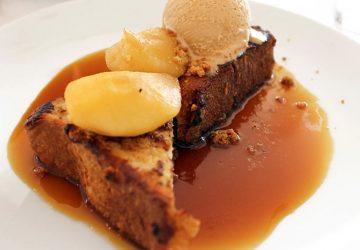 Brioche Esther: duas gordas fatias de brioche, sorvete de caramelo, peras cozidas e calda de caramelo salgado