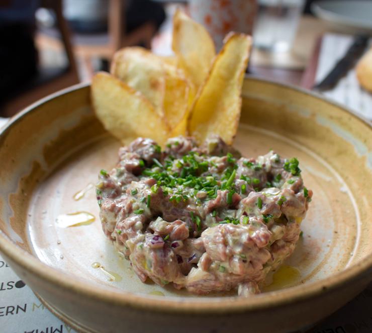 Entrada do novo Modern Mamma Osteria: carne cruda com batata chips (R$ 33)