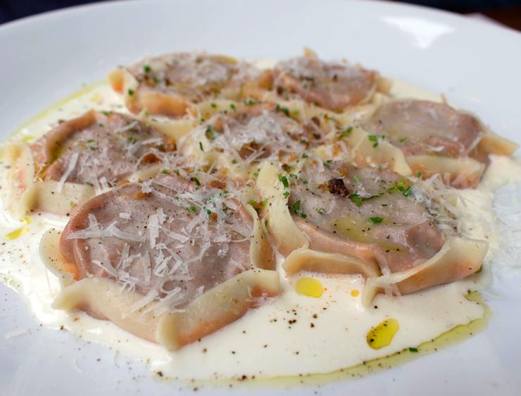 """Um """"tem que pedir"""" no Modern Mamma Osteria: Fagotini com ragu de pancetta, cebola caramelizada e fonduta de pecorino (R$ 49)"""