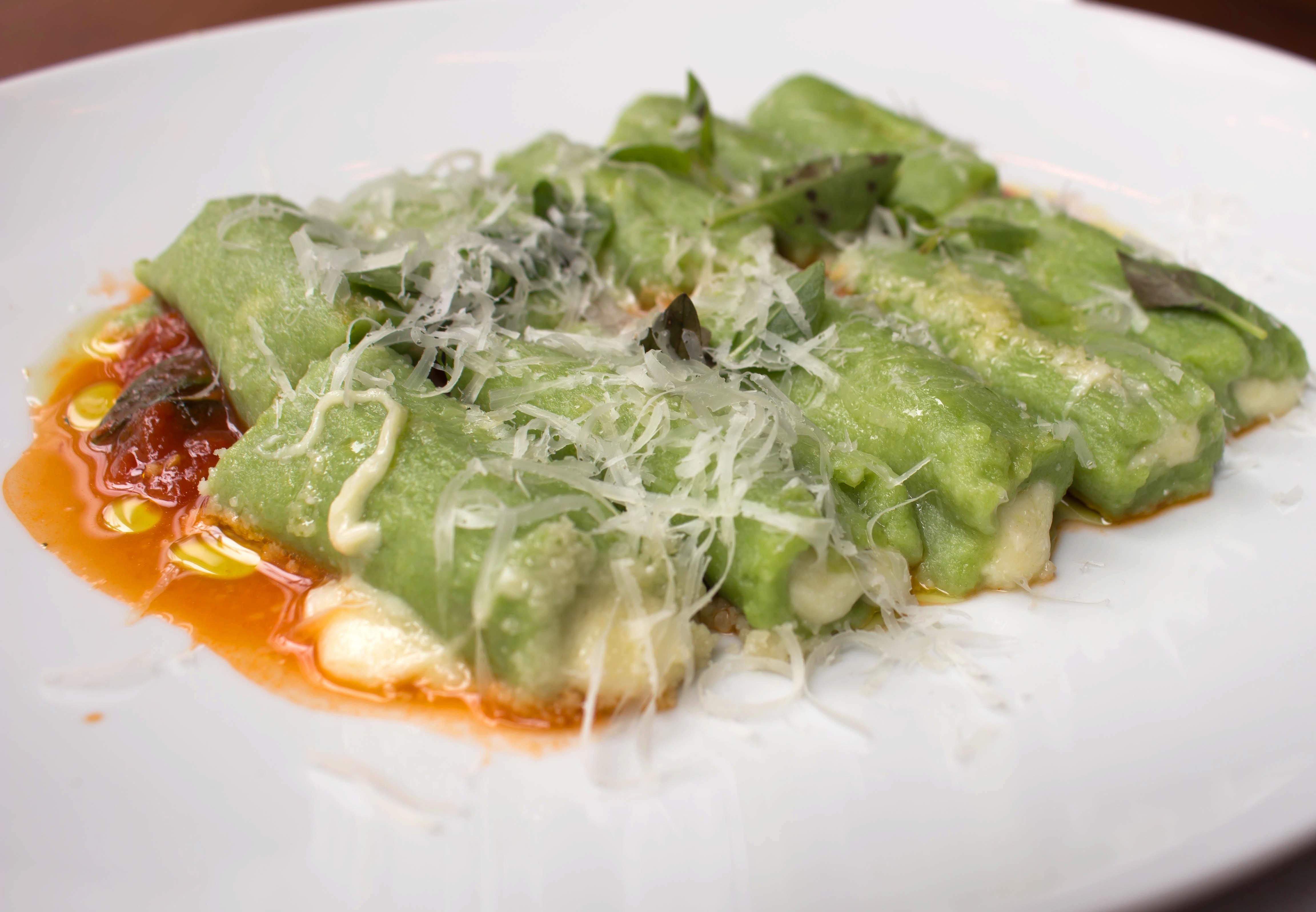 Nhoque de espinafre recheado com mozzarella ao sugo (R$ 47) do Modern Mamma Osteria, casa dos chefs Paulo Barros e Salvatore Loi