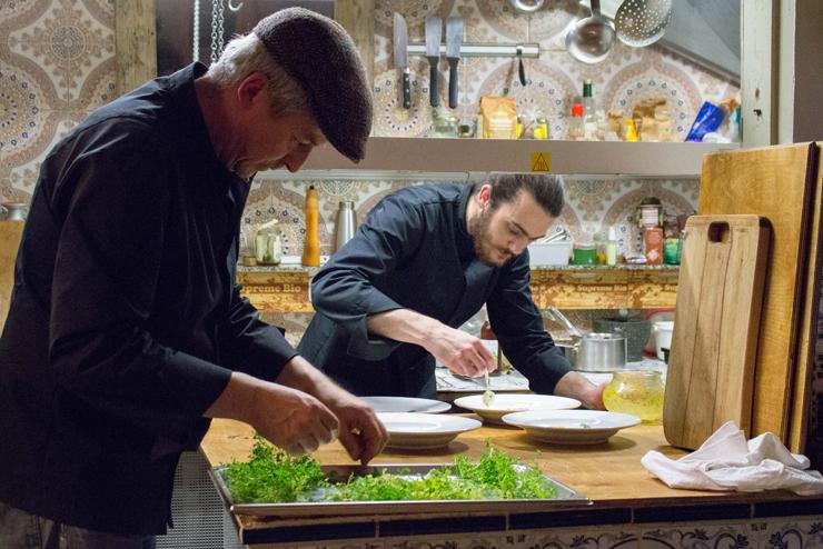 chef Dieter Wittmann no seu sensacional Dürrer Hase: ingredientes locais e sazonais, de uma forma criativa e cheia de técnica. As ervas acabaram de chegar do fornecedor, coletadas na floresta. Truta do rio limpíssimo, linguiça de porco criado solto. Que prato, que restaurante!