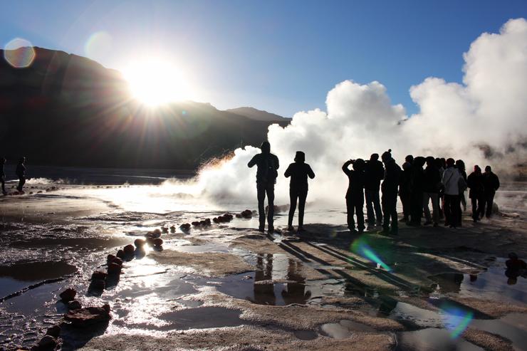 Geisers! Acordamos às 5 da manhã, subimos a mais de 4300 metros e encaramos -1 grau de temperatura. Faria isso mais cem vezes. Atacama, seu estonteante. Estar aqui é sentir como somos passageiros, ínfimos perante a natureza e os milhões de anos que moldam nosso planeta.