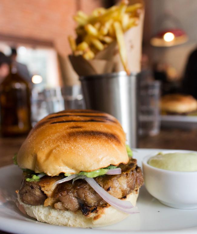 Taí um sanduíche que vale a refeição: Porco no Pão, do Teus