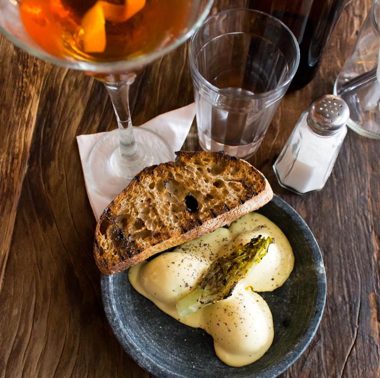 No novo e excelente Teus: Ovo maiô (ovo caipira cozido com maionese artesanal, alface romana grelhada e pão da casa) e Manhattan