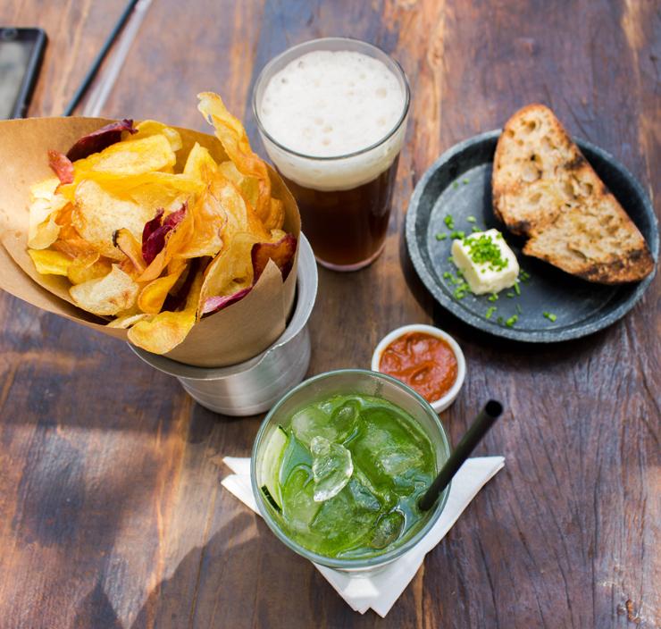 À espera do prato principal: chips de raízes, chá gelado, o ótimo pão da casa que faz parte do menu executivo e o drinque Do Verde