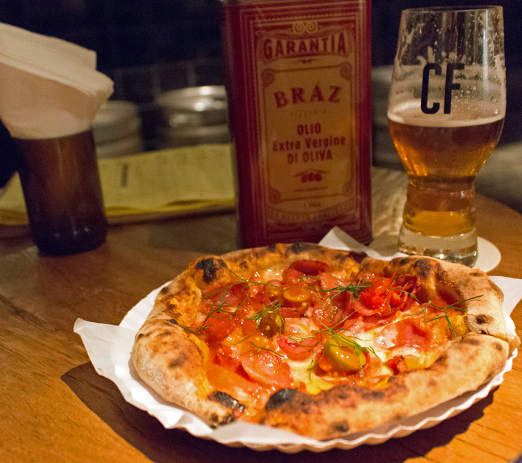 Pizza brotinho da Bráz e chope Wäls no novo bar Câmara Fria, em Moema