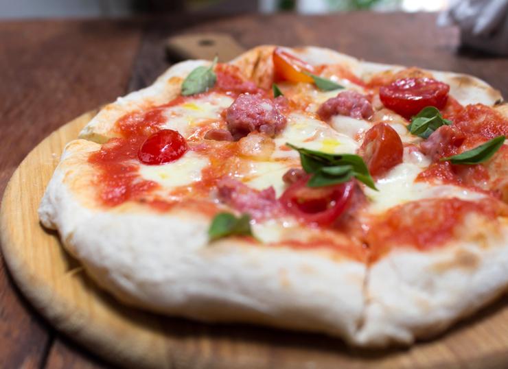 Pizzeta Contadina do novo Due: massa de pizza de fermentação longa com tomate, fior di latte, majericão e linguiça caseira