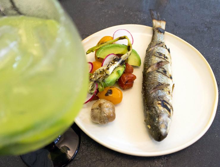 Paraty grelhada com salada de tomate, abacate e alho assado: prato do Lilu