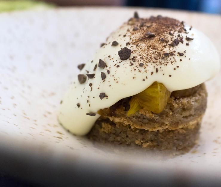 Criação do confeiteiro Rafael Proti para o Lilu: bolo de avelã, tangerina, zabaione de licor 43 e granita de café.