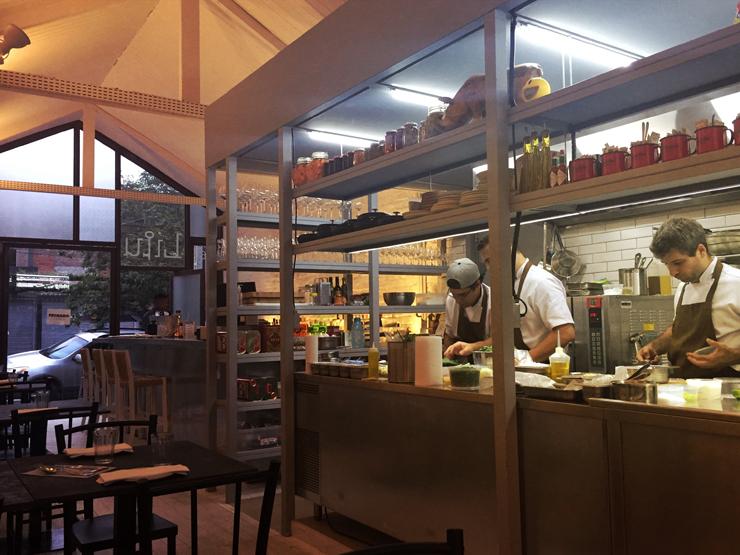 Salão do novo Lilu, do chef André Mifano: cozinha e salão são um a extensão do outro