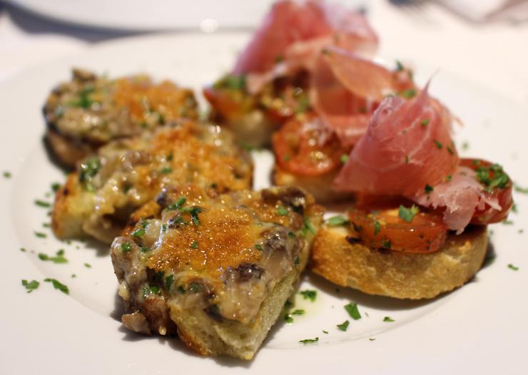Porção de bruschettas de cogumelos e de tomate com parma do Casa Ravioli