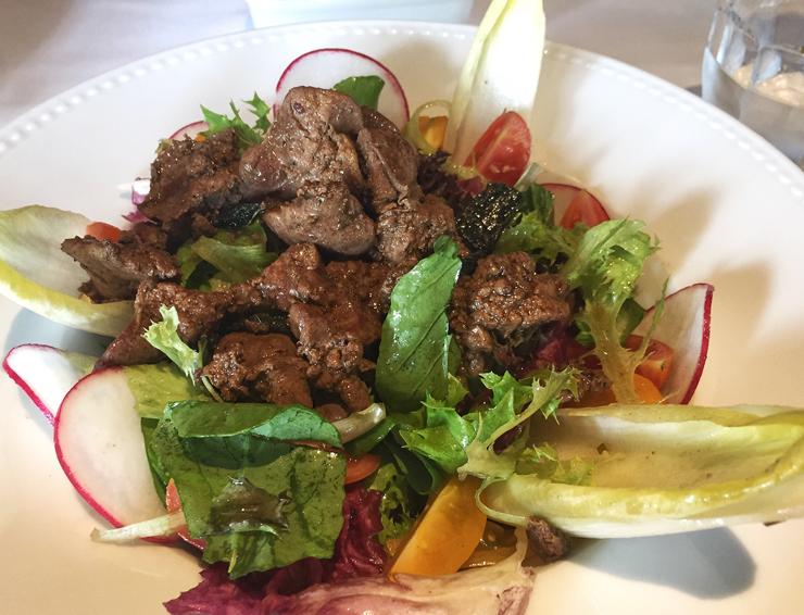 Sensacional salada com fígado de galinha caipira do Casa Ravioli