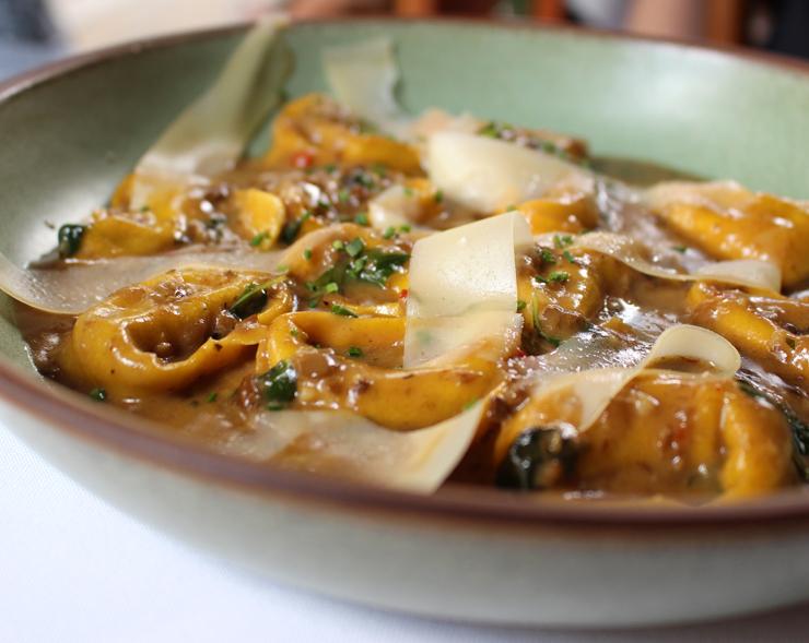 """Tortelli de vitelo com molho de funghi porcini e lascas de grana padano do Des Cucina: impossível não usar a boa focaccia do couvert para """"limpar o prato"""""""