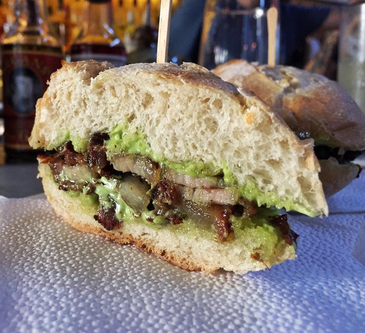 Das poucas e bem feitas opções de petiscos do Guilhotina: sanduba de barriga de porco e maionese verde