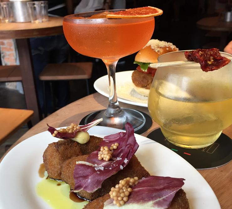 Porções e drinques do Peppino: o novo bar tem cozinha e coquetelaria muito bem cuidadas.