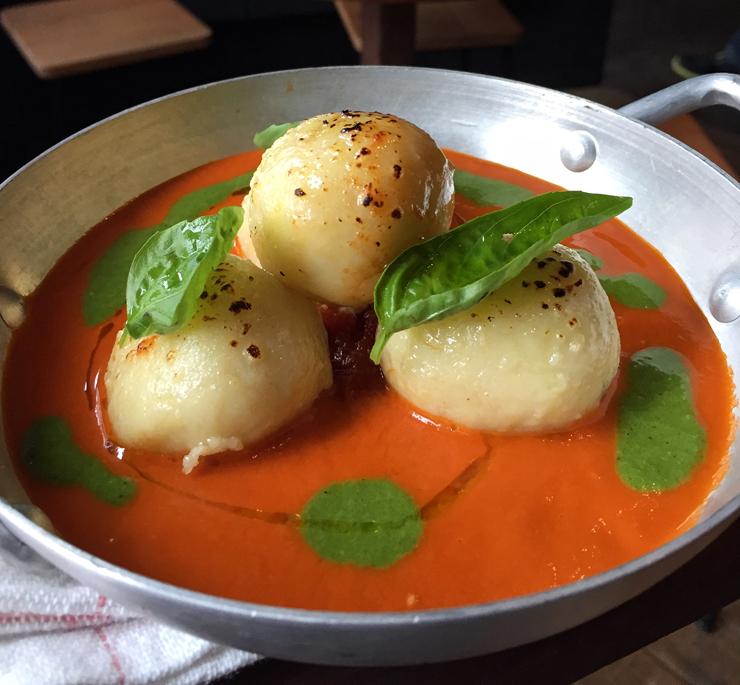 Gnudi de queijo de cabra com mollho de tomate e manjerição do Peppino