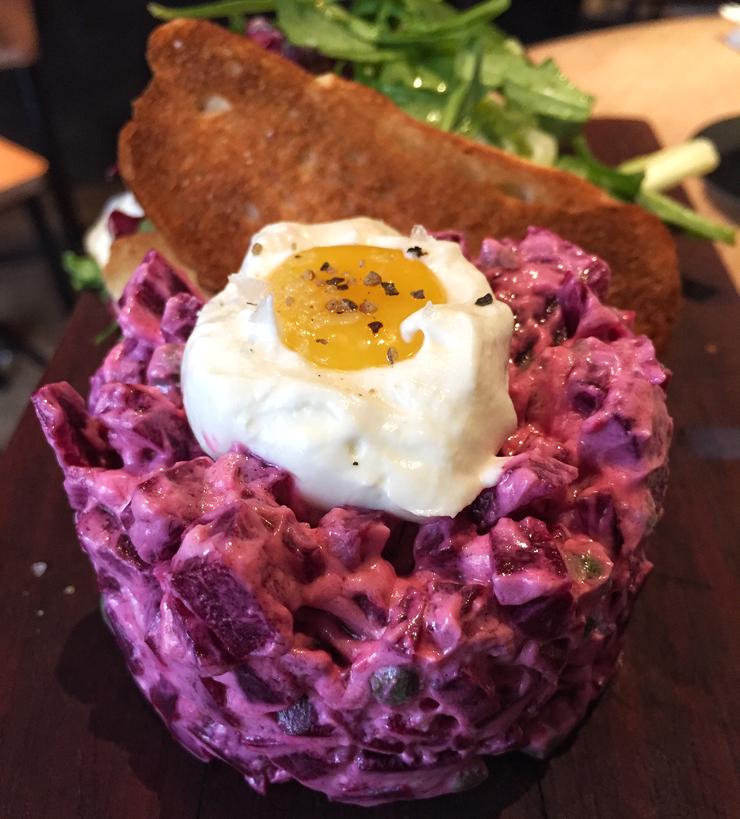Tartar de beterraba com queijo de cabra, gema e salada: excelente opção sem carne no Peppino