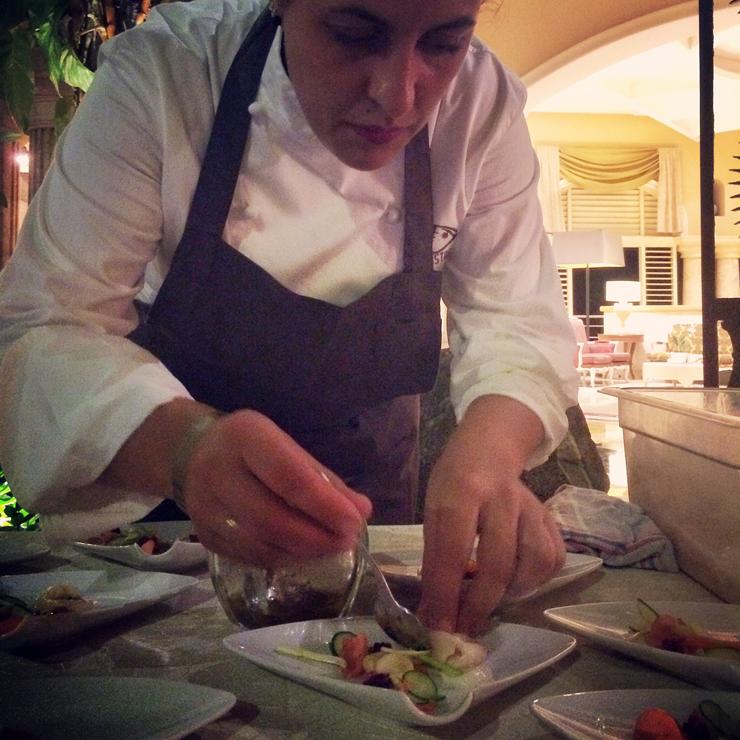 A chef espanhola Beatriz Sotelo finalizando sua entrada durante o primeiro Iberostarchef On Tour no Iberostar da República Dominicana