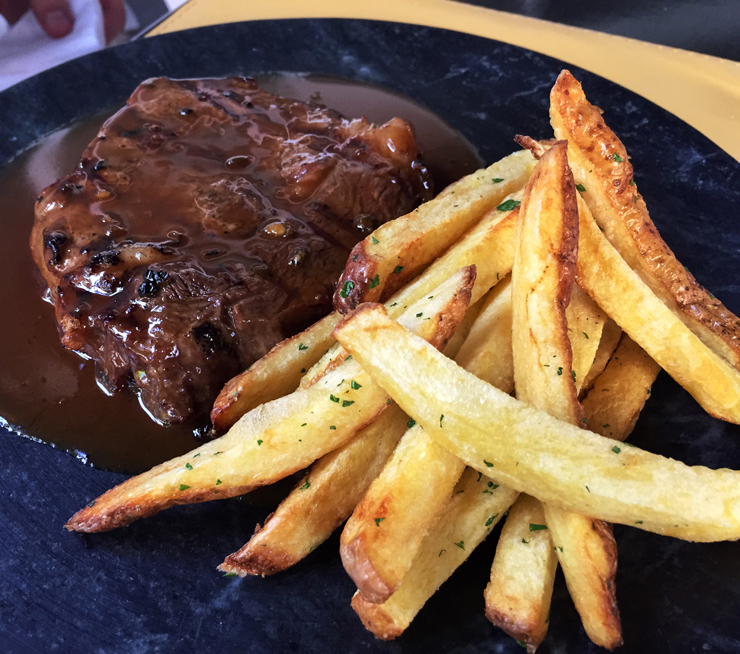 Steak de Angus au poivre com fritas do Oui