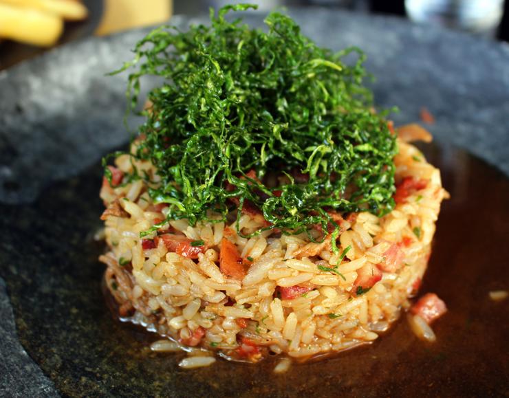 Prato principal do Oui: arroz de pato com chips de paio e couve frita