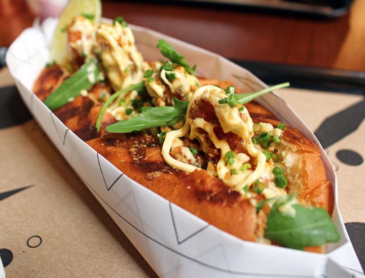 O Nautilus - da Sandoui - une camarões empanados e fritos, maionese de wasabi e rúcula no pão de hot dog