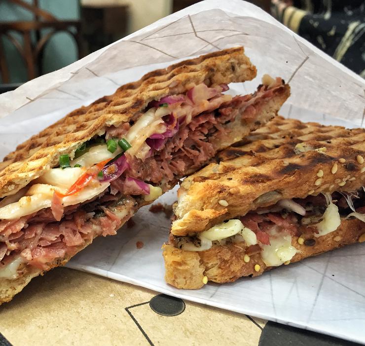 O sanduba de pastrami do Sandoui: bom pão multigrãos, emental e coleslaw