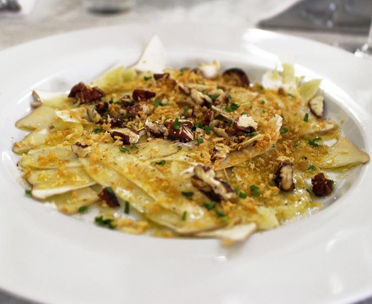 Fatias de cogumelos eryngui crus, salpicadas por amêndoas e avelãs torradas, pecorino ralado e bom azeite de oliva: lindeza do menu do Capivara