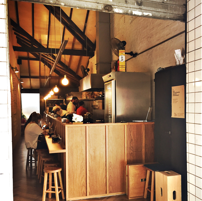 Mica: um corredor, poucos lugares e ótima comida asiática